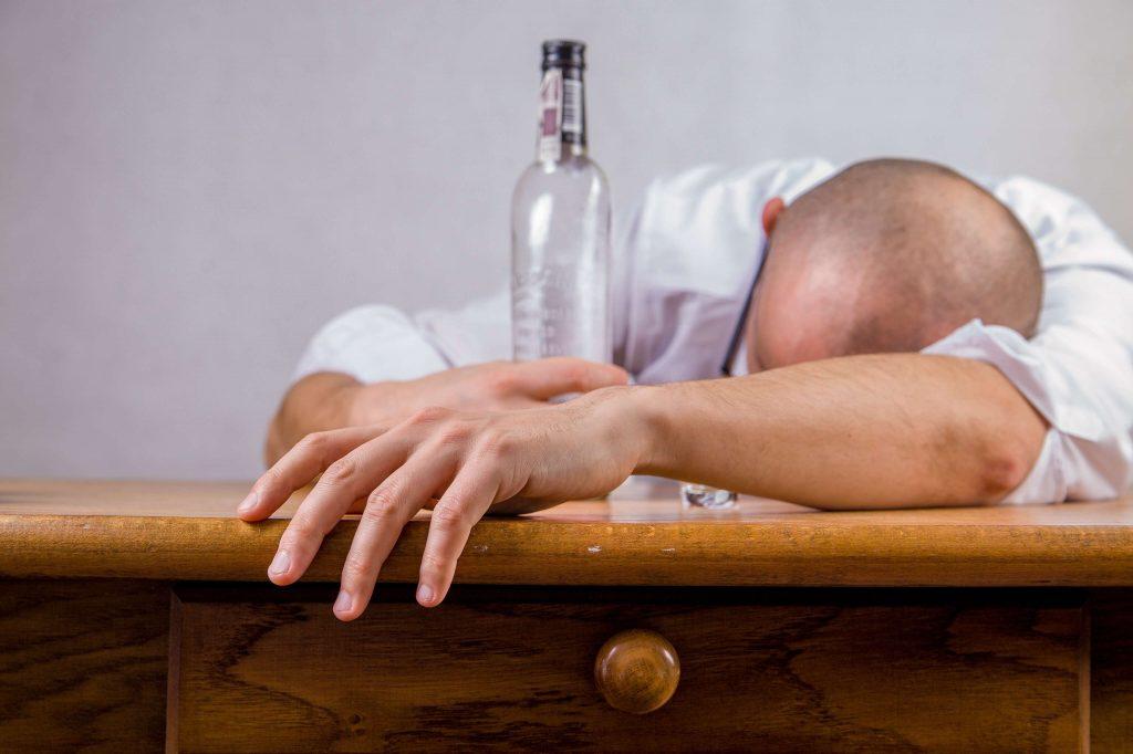 علاج إدمان الكحول .. الأعراض النفسية والجسدية